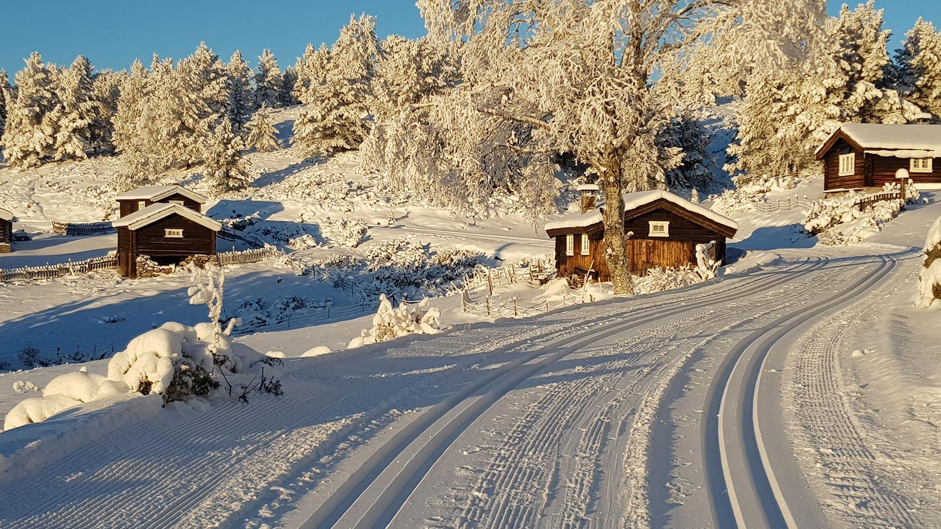 Seterhus i vinterlandskap, skiløype.